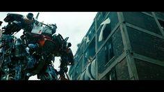 Optimus Prime es el primero de los autobots en regresar y asi se presenta ante Sam y le explica el porque de fingir el exilio.