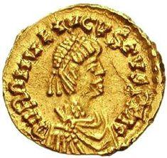 """Flávio Rómulo Augusto, em 475 d.C., com idade entre 15 e 18 anos, foi empossado imperador romano por seu pai, o general Flávio Orestes que depôs Júlio Nepos. Viu-se impotente frente a um império em crise. Devido à pouca idade e à inexperiência, é conhecido pelo depreciativo de """"Rómulo Augústulo"""". A data de deposição de Rômulo Augústulo pelo bárbaro Odoacro (4-9-476), em Ravena, é tradicionalmente conhecida como o fim do Império Romano do Ocidente e da Idade Antiga, e o começo da Idade Média."""