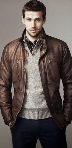 Jaqueta de couro clássica que traz sobriedade a um look menos formal.