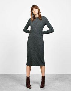 Prosta sukienka midi z prążkowanej dzianiny.  Odkryj to i wiele innych ubrań w Bershka w cotygodniowych nowościach