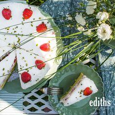 Da bekommt man direkt auch Lust auf so ein leckeres Tortenstück mit frischen Erdbeeren. Panna Cotta, Ethnic Recipes, Food, Strawberry Cakes, Strawberries, Dulce De Leche, Essen, Meals, Yemek