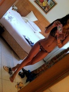 dammmn #thinspo her legs are crossed!!!! and theres still a thigh gap