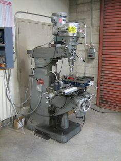 The Bridgeport mill in the metal shop at school. Metal Working Machines, Metal Working Tools, Old Tools, Metal Mill, Metal Shop, Garage Tool Organization, Tool Storage, Vertical Milling Machine, Mobile Workshop