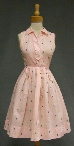 59 Woman Outfits To Inspire Everyone You can find Vintage dresses and more on our Woman Outfits To Inspire Everyone Robes Vintage, Vintage Dresses, Vintage Outfits, Vintage Clothing, 1940s Dresses, Vintage Shoes, Women's Clothing, 1950s Fashion, Vintage Fashion