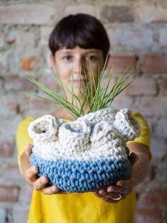 vaso calor seis bocas azul feito em crochê com resíduos texteis à mão