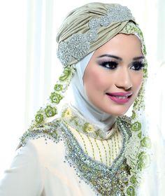 Urban Seiring Gaya : Gadis muslimah seperti mu tentu sahaja ingin tampil anggun dan menarik di hari persandingan. Pilihan mengenakan hijab pelbagai gaya dan dipadankan bersama aksesori terpilih tidak pernah menghampakan.