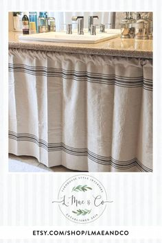 Farmhouse Curtains, Kitchen Curtains, French Country Style, French Country Decorating, Farmhouse Style Kitchen, Country Kitchen, Wood Laminate Flooring, Cabins And Cottages, Vintage Interiors