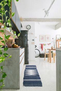 cozinha integrada com parede de tijolinho e piso de granilite branco - matéria em parceria com a boobam.com.br/