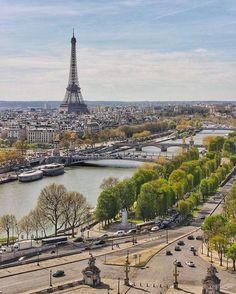 Paris, view to the Eiffel Tower from Place de la Concorde. >> https://frenchmoments.eu/paris-ile-de-france << #Paris #PlacedelaConcorde #VisitParis