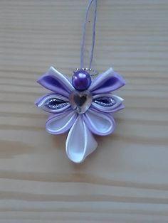 Anjelik je vyrobený technikou kanzashi, pri jeho výrobe sú použité saténové stuhy rôznych farieb a korálky. Zo zadnej strany je podlepený a doplnený stužkou na zavesenie na vianočný stromček alebo ...