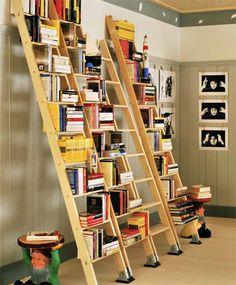 I due tavolini Gnomi disegnati da Philippe Starck fanno daguardia a una libreria decisamente economica realizzata con quattroscale industriali