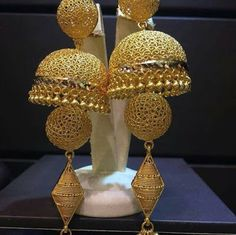 A collection of latest gold jhumka earring designs with images. Gold Jhumka Earrings, Gold Bridal Earrings, Jewelry Design Earrings, Gold Earrings Designs, Antique Earrings, Designer Earrings, Gold Bangles Design, Gold Jewellery Design, Gold Jewelry Simple