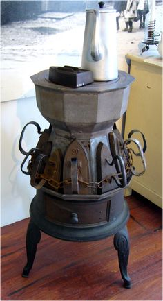 . Antique Wood Stove, How To Antique Wood, Antique Iron, Vintage Iron, Vintage Laundry, Vintage Kitchen, Wood Stove Cooking, Old Stove, Cast Iron Stove