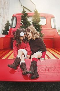 Oh my goodness I think I have my Christmas mini season for 2014 worked out in my mind already. Anybody have a red truck I can borrow. Christmas Mini Sessions, Christmas Minis, Christmas Photo Cards, Country Christmas, Family Christmas, Christmas Photos, Christmas Portraits, Merry Christmas, Xmas