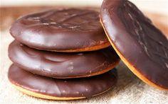 Печенье с вареньем Jaffa (домашний рецепт)  Печенье Jaffa - знаменитое печенье с вареньем из Великобритании. Печенья состоят из трех слоев: само печенье, апельсиновое варенье и шоколадная глазурь.  Рецепт напечатан в журнале Джейми Оливера - автор рецепта Анна Джонс.