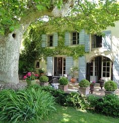 french country style homes interior Garden Cottage, Home And Garden, Garden Tips, Dream Garden, Garden Projects, Beautiful Gardens, Beautiful Homes, French Villa, Tropical Garden Design