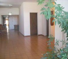 BI68895 - Caruhe - Pcia de Buenos Aires. Tipo: Hotel 1* Hab: 8 - Cat.: 1* - Estado: Bueno. Sup. Cub: 350 Mts2 - Terreno: 372 Mts2 Todas las habitaciones con ventilador de techo. Aire acondicionado en el comedor frío /calor. Pisos de cerámica. Preparado para hacer 6 habitaciones más en primer piso. Habilitado. Se acepta propiedad como parte de pago en Bahía Blanca y otras zonas. Se vende con renta ( esta alquilado en $ 2500 mes ). O libre de locatario.