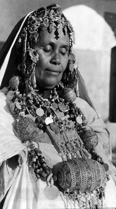 From a portfolio of prints by Jean Besancenot, documenting the costumes and jewellery worn by the women in the Anti Atlas, Middle Atlas and High Atlas region. ca. 1950s/60s. || Woman from the Ida region