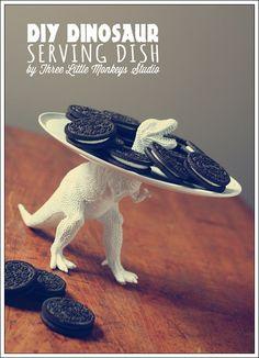 DIY bandeja Dinosaurio : Ingeniosa bandeja decorativa creada a partir de una figura de dinosaurio y un plato de plástico. Perfecta para la mesa de una fiesta infantil temática, par