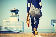 """A bolsa de viagem masculina é um artigo de moda que vem ganhando cada vez mais aceitação no universo dos homens. Muitos podem achar uma bobagem e que não há necessidade de ter uma """"bolsa estilosinha"""" para viajar, mas afirmo pra você, faz uma enorme diferença. Quando vamos viajar é sempre bom nos prepararmos e…"""