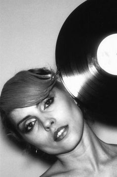 deborah harry with vinyl record Blondie Debbie Harry, The Bangles, Belinda Carlisle, Rock & Pop, Rock N Roll, Lps, Home Music, Jazz, Grunge