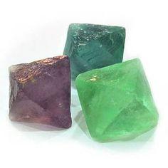 Este mineral que forma cristales, es un compuesto de calcio y flúor, fluoruro cálcico que cristaliza en cubos, frecuentemente octaedros. Compacto, de colores brillantes, se emplea para ornamentació...
