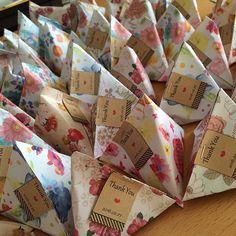 ⁂ プチギフト完成! テトラ折の中にハートのチョコを5個詰めて、サンキュータグをテトラを一緒に止めるためにもそのままホッチキス! 私お花大好きだから見てるだけでテンションあがるー 中身は大したことないけど、こうすればちょっとはいいよね? かなりの自己満ですが、折り紙も60枚入り100円ととっても安くできました! 1つ当たり34円です!! 手間はかかりますが、節約したい人にはとってもオススメ ⁂ もらって、かわいいと思ってくれる人がいたらいいなあー!  #プレ花嫁 #プチギフト #ハートのチョコ #テトラ折 #サンキュータグ #thankyouタグ #折り紙 #ダイソー