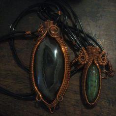 kalung tali dengan liontin batu agate (sebelah kiri)