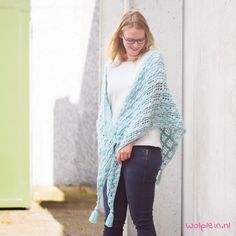 Want to crochet a wrap? This Only Cotton wrap of Lana Grossa is the perfect accessory for the fall season! Continue reading for the free crochet pattern. Crochet Cardigan, Crochet Scarves, Crochet Shawl, Crochet Clothes, Easy Crochet, Free Crochet, Knit Crochet, Crochet Triangle, Wrap Pattern