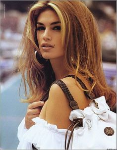 In the the phrase chunky highlights meant wide pieces of lighter color in the front hairline and we can thank supermodel Cindy Crawford. Chunky Highlights, Hair Highlights, Color Highlights, Caramel Highlights, Front Highlights, 90s Hairstyles, Modern Hairstyles, Wedding Hairstyles, Cindy Crawford 90s