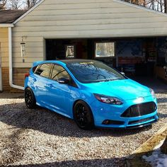 Like an angry #Smurfs! Amazing Blue Ford Focus ST mk3, black wheels and roof