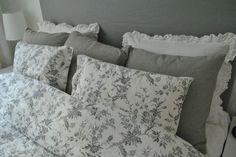 Påslakan alvine kvist IKEA, grå linnekuddar NORDIK och vita kuddar med volang HM HOME.Så börjar vårt sovrum ta form. Har klätt om vår sänggavel i ett grått linnetyg som matchar våra grå kuddar från…
