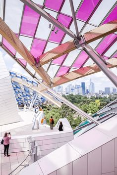 Série photo : la fondation Louis Vuitton colorisée par Daniel Buren