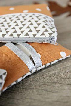 C'est fraîchement cousu main ! Mylen partage avec nous ses dernières petites cousettes : pochettes, trousse à maquillage, porte-clé... Tout est facile à faire et surtout très utile au quotidien ! #cousumain #couture #couturefacile #diy #faitmaison #sew #sewing #lovelycanvas #tissu #kesiart
