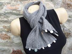 Echarpe femme tricotée à la main et sequins grise : Echarpe, foulard, cravate par tite-louloute