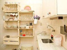 Caixotes de madeiras, muito úteis na cozinha #caixotes #cozinhaplanejada #criatividade #cozinha #casa #cozinhadecorada #rustico…