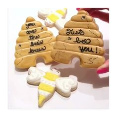 How adorable are these cookies from our lovely friend @ocd_obsessive_cookie_designer using our gold Rolkem available at HEAVENSSWEETNESSSHOP.COM or just click the link in bio to order  #heavenssweetnessshop #heavenssweetness #tutorial #video #videos #tutorials #cookies #royalicingcookies #bee #rolkem #rolkemgold #gold #silver #cakesupplies #bakeshop