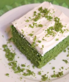Spinach cake What you will need: 3 eggs 1 tsp vanilla 1 cups of sugar or bag of (big leaf) spinach, you need 1 cup puree (use fresh not frozen) cup of olive oil 2 tbsp lemon juice 2 cups flour 3 tsp baking powder tsp salt Topping: Sweetened whipped cream Food Cakes, Cupcake Cakes, Cupcakes, Just Desserts, Delicious Desserts, Yummy Food, Healthy Cake Recipes, Dessert Recipes, Healthy Snacks