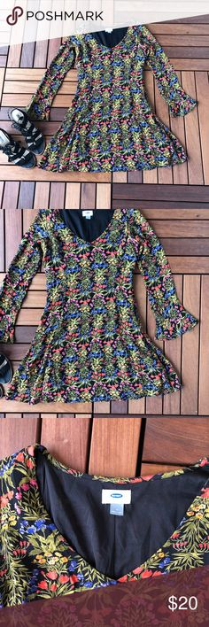 Old Navy Floral Skater Dress Sz 4 This dress is so flattering! The tapered waist accentuates curves and the bottom is flowy. It also has bell sleeves and a zipper on the side. Perfect for date night! In excellent condition. Old Navy Dresses Long Sleeve