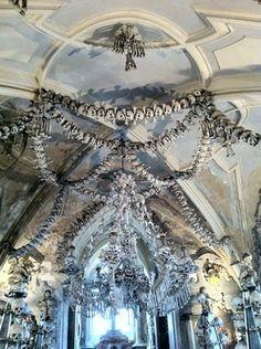 """Kutna Hora, Tsjechië - Ossuarium van Sedlec: """"bot kerk"""" Een kerk van botten, versierd met 40.000 menselijke skeletten. Plaats bewerken"""