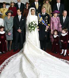 En 2002, argentina Máxima Zorreguieta se casó con el príncipe Willem-Alexander, futuro rey de los Países Bajos, en un vestido de seda color marfil largo de Valentino. También llevaba un velo tiara de diamantes.
