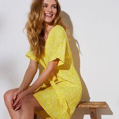 Une robe éclatante de fraîcheur ! Lumineuse, elle donne bonne mine et rehausse le teint. On aime sa ceinture à nouer qui souligne la taille pour encore plus de féminité. TAILLE • Long. 93 cm env  COMPOSITION • En crêpe 100% polyester.  DÉTAILS • Encolure V • Entièrelent boutonnée devant • Deux pans à nouer à la taille • Manches courtes kimono • Base droite   ENTRETIEN • Lavable en machine  Couleur jaune Taille 48 One Shoulder, Shoulder Dress, Cover Up, Kimono, Safari, Dresses, Products, Fashion, Women's Short Dresses