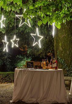 Cigar bar idea intrattenimento matrimonio per uomini su sfondo di stelle luminose led che calano dai rami della pianta