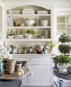 A Garden Room Makeover - % For today's post I thought I'd share with you an impressive room transformation that I've been admiring for a while now, the garden room at Star Bright Farm owned by talented photographer Helen Norman and her… View Post Estilo Kitsch, Home And Deco, White Houses, House And Home Magazine, Home Interior, Interior Design, Cottage Style, Decorating Your Home, Decorating Games