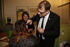 Pääministeri Juha Sipilä intoutui levittämään vaaliglitteriä Leena Siirin poskiin Vanhasen vaalivalvojaisissa.