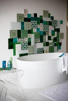 Mosaïque en carreaux de ciment pour apporter un peu de couleur à une salle de bain..
