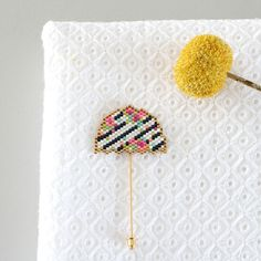 Comment réaliser une broche en parasol en tissage brickstitch? Pour vos sorties, n'oubliez pas l'accessoire indispensable qui embellira vos tenues Parasol, Beaded Brooch, Crochet Earrings, Seed Bead Projects, Beaded Jewelry Designs, Peyote Beading, Embroidery Jewelry, Bead Weaving, Beading Patterns