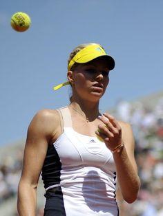 Maria Kirilenko ist mit einem Tennisball unzufrieden und wirft die Filzkugel über die Schulter. (Foto: Yoan Valat/dpa)