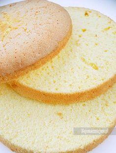 Przepis na jasny biszkopt bezglutenowy jest lekki, puszysty i pachnący, teraz czas na pyszny krem i tort gotowy. Bez dodatku proszku do pieczenia.
