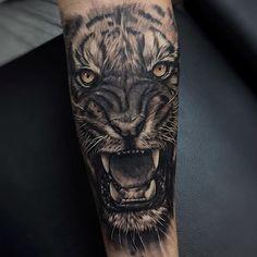 Con este tigre comienza el fin de semana, de nuevo en citas y asesorías al whatsapp 3122749644 usando Mens Tiger Tattoo, Tiger Hand Tattoo, Tiger Tattoo Sleeve, Japanese Tiger Tattoo, Forearm Sleeve Tattoos, Best Sleeve Tattoos, Star Tattoos, Back Tattoo, Leg Tattoos